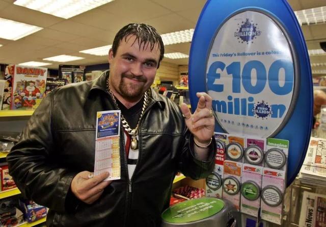 Легко досталось, легко и потерялось: победитель лотереи потратил все деньги и стал чернорабочим (9 фото)