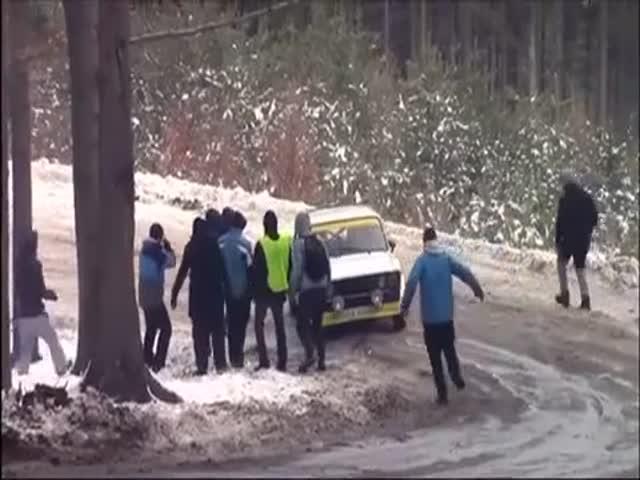 Хотел помочь застрявшему автомобилю, но не подумал о последствиях