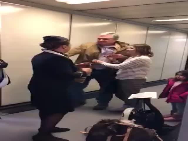 Буйного иностранца сняли с рейса в Нью-Йорк в аэропорту Шереметьево