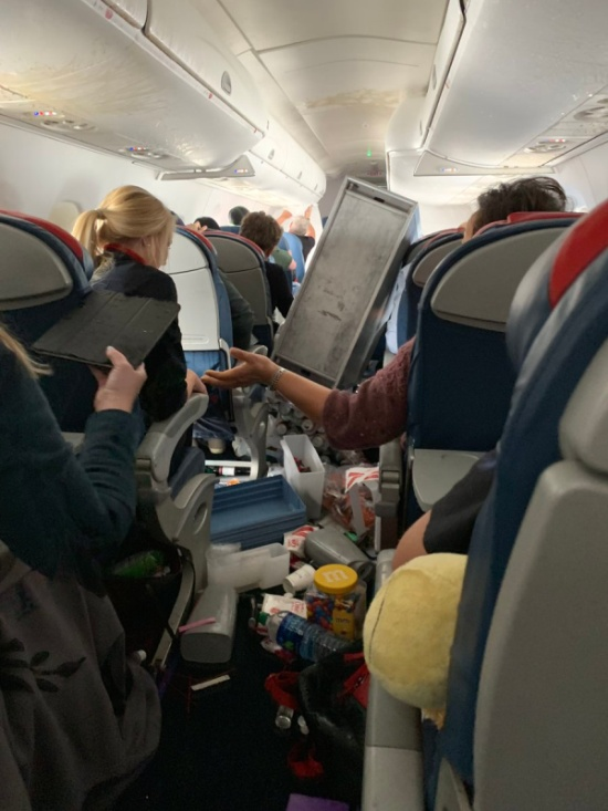 Что случается на борту самолета после сильной турбулентности (3 фото + видео)