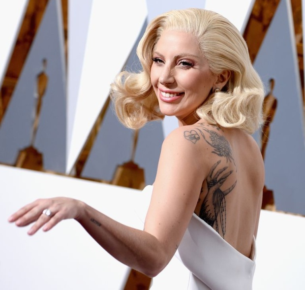 Леди Гага сделала тату с ошибкой, а оплошность списала на алкоголь (3 фото)