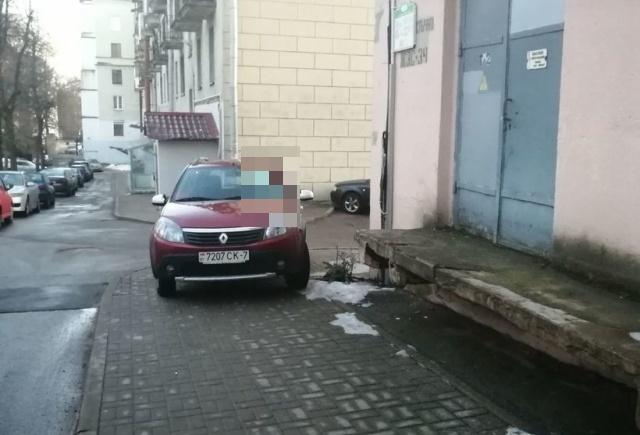 Водитель из Белоруссии поплатился за парковку на тротуаре возле дома (2 фото)