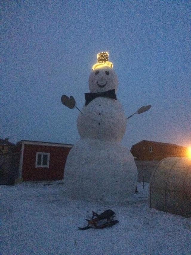 Гигантский снеговик своими руками (8 фото)
