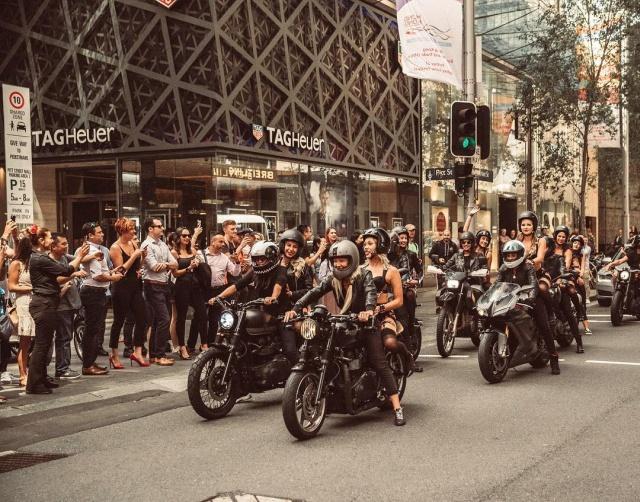 Девушки в откровенных нарядах прокатились по Сиднею на мотоциклах (17 фото)