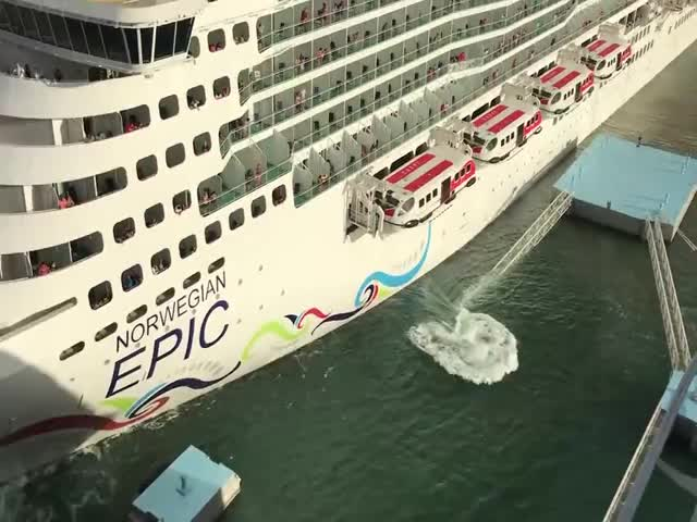 Круизный лайнер Norwegian Epic столкнулся с пирсом