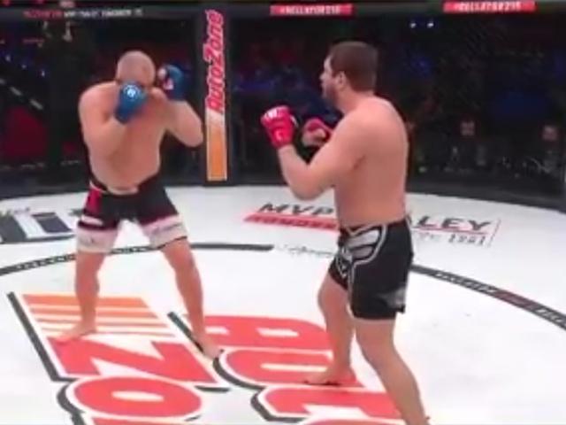 Сергей Харитонов получил ногой в пах во время боя с Мэттом Митрионом