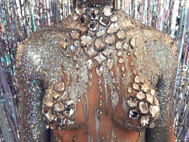 """Уличная художница Софи Фи, запустившая тренд """"GlitterBoobs"""", заработала больше миллиона фунтов за год (14 фото)"""