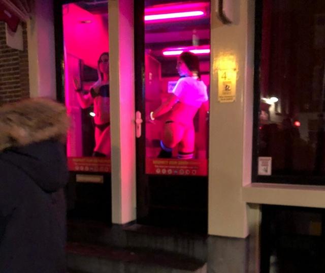 Мэр Амстердама собирается реформировать квартал Красных фонарей (19 фото)