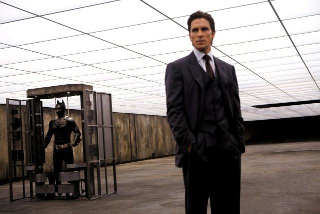 Если Бэтмен такой богатый, почему тогда он сдаёт в аренду свой гараж? (13 фото)