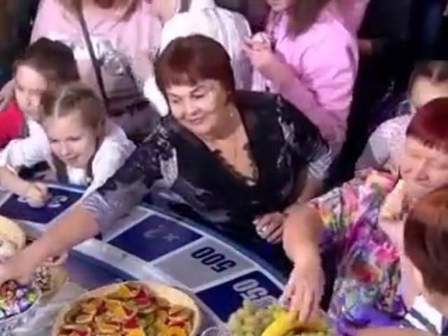 """Зрители """"Поле Чудес"""" разбирают еду после шоу"""