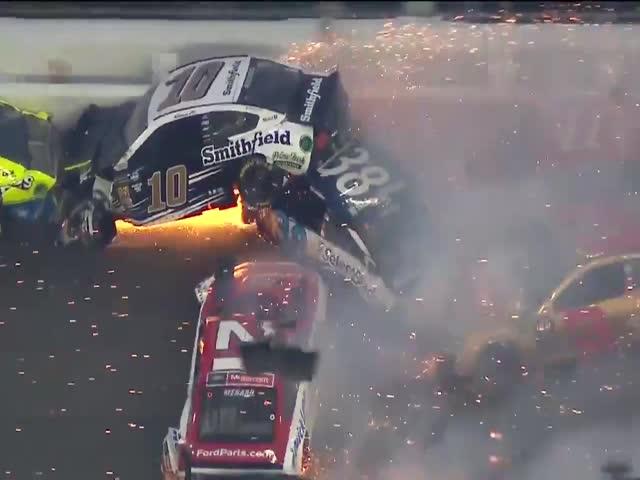 Массовая авария 20 автомобилей во время гонок NASCAR