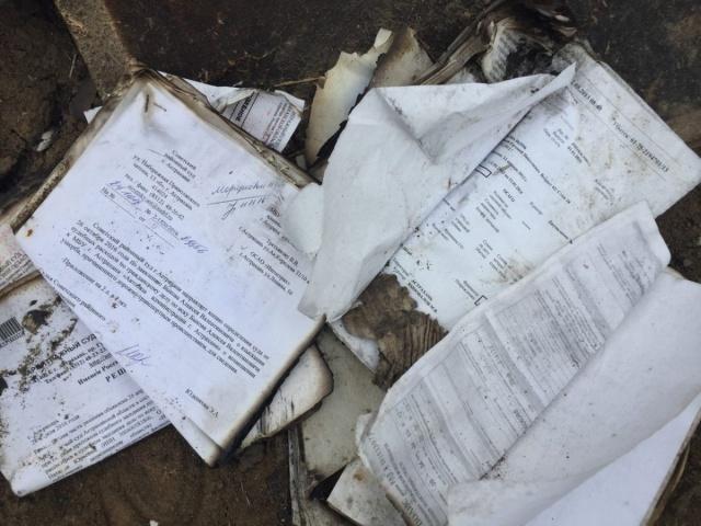 Свалка с ксерокопиями паспортов в Астрахани (3 фото)