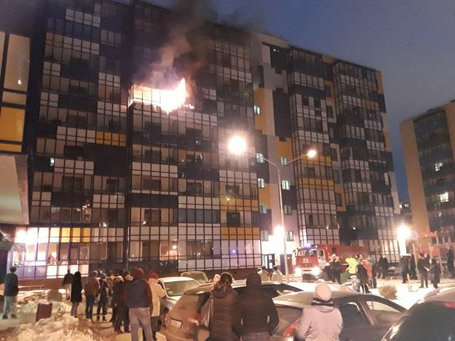 Местные жители в Кудрово растащили припаркованные машины, чтобы освободить проезд для пожарных (2 фото + видео)