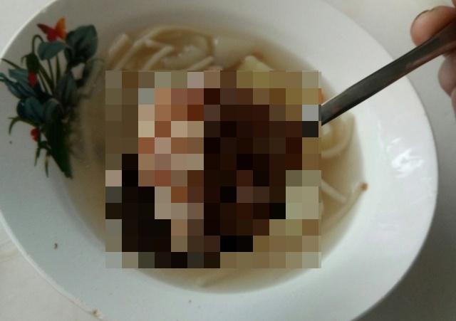 """Ученики обнаружили в школьном супе кусок мяса с """"щупальцами"""" (фото)"""