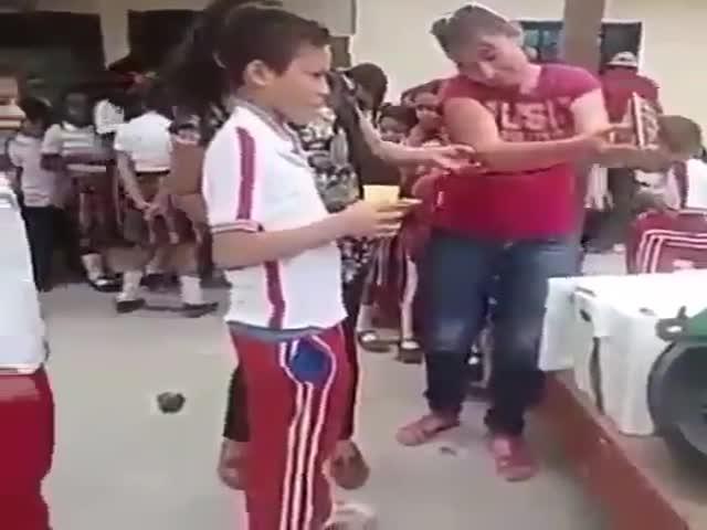 Раздача еды в венесуэльской школе