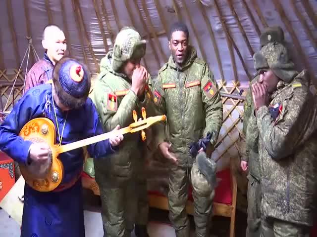 Ангольские спецназовцы исполняют рэп под аккомпанемент тувинских народных инструментов