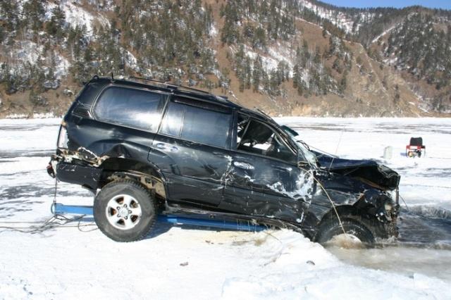 Автомобили, застрявшие во льду Байкала (25 фото)