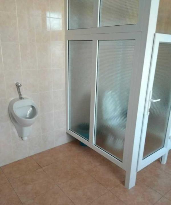 Нечего стесняться, когда идешь в туалет: странная модернизация туалета в Могилевском колледже (3 фото)