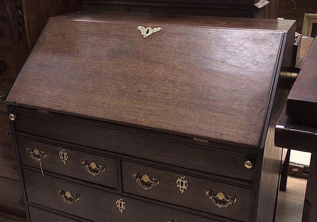 Неожиданная находка в старой мебели начала ХХ века (3 фото)