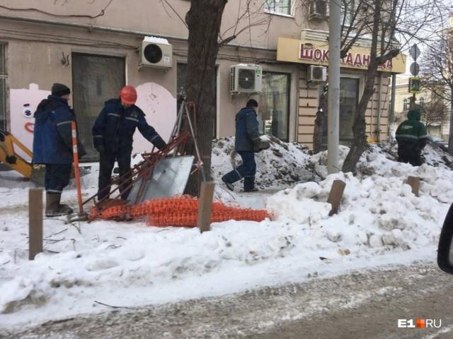 Коммунальщики перекопали экскаватором образцовый газон в Екатеринбурге (5 фото)