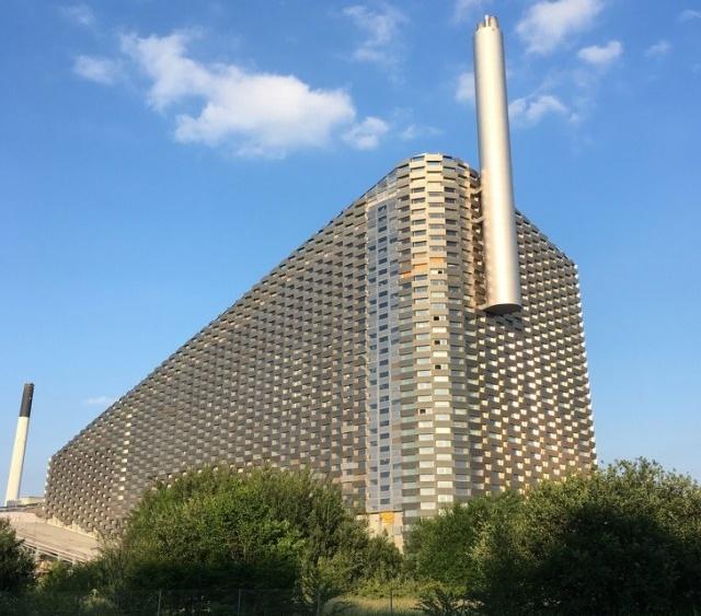 """Уникальный завод """"Копенхилл"""" в Копенгагене, который не только перерабатывает мусор, но и радует посетителей (6 фото + видео)"""