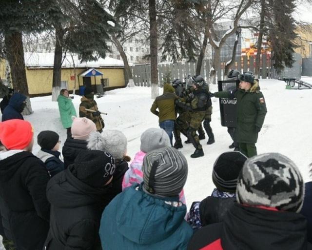 Школьникам показали, как военная полиция разгоняет митинги (13 фото)