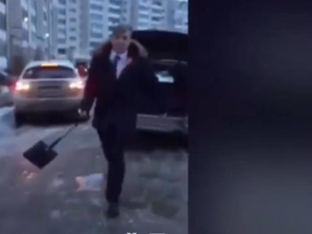 В Дзержинске депутат Игорь Крашенинников угрожал женщине лопатой из-за мелкого ДТП