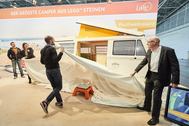 Уникальный фургон Volkswagen T2, собранный из LEGO (6 фото)