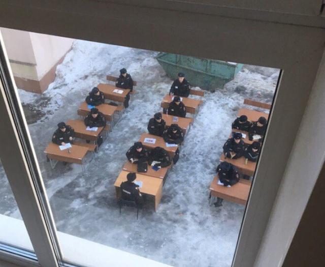 Московским курсантам МВД провели занятие на улице (2 фото)