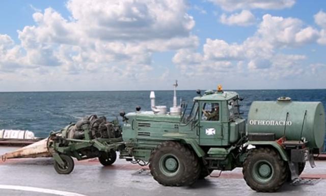 Беспощадная уборка территории в военной части (4 фото)