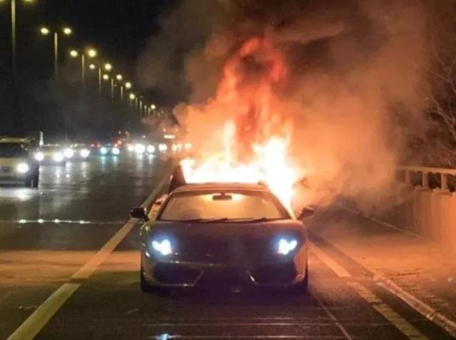 Дорогостоящий Lamborghini загорелся во время поездки (7 фото)