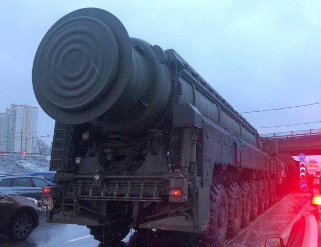 Мобильный ракетный комплекс на МКАД (3 фото + видео)