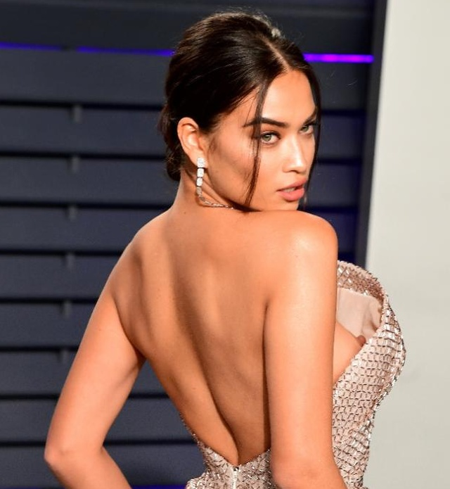 """Корсет """"засветил"""" грудь австралийской модели Шанины Шейк (4 фото)"""