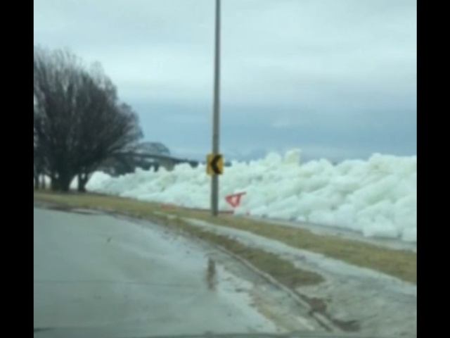 """Сильный шторм в Онтарио """"вынес"""" на берег глыбы льда"""