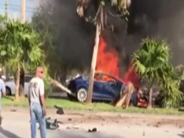 Загоревшаяся после аварии Tesla Model S заблокировала все двери