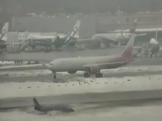 """Дрифт"" бизнес-джета Gulfstream в аэропорту Шереметьево"