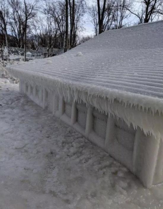 Пляжный домик во льдах (6 фото)