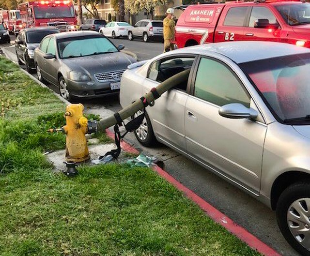 Не следует парковаться у пожарного гидранта (4 фото)