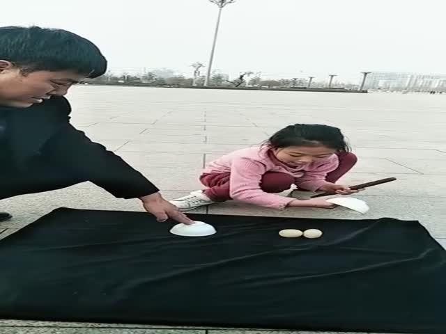 Юная фокусница показывает свои таланты