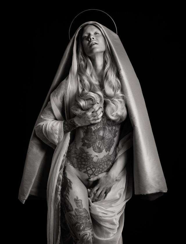 "Скандальная фотосессия ""Дева Мария с младенцем"" от фотографа Реки Ньяри (8 фото)"