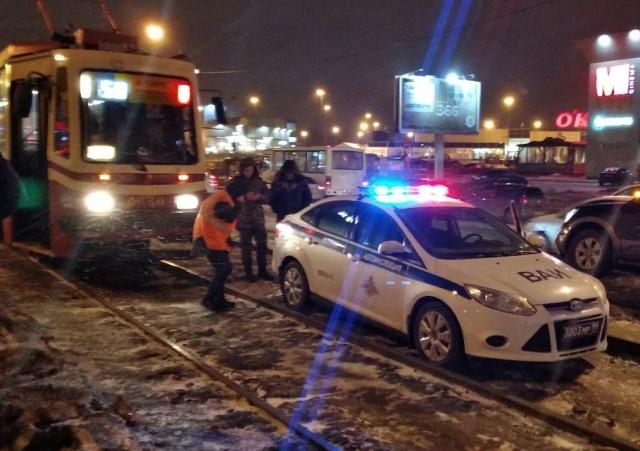 Жителям Санкт-Петербурга пришлось идти пешком из-за водителя автомобиля ВАИ (4 фото + видео)