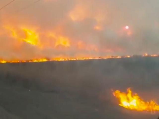 Поезд пробивается сквозь пелену дыма и огня в Приморье