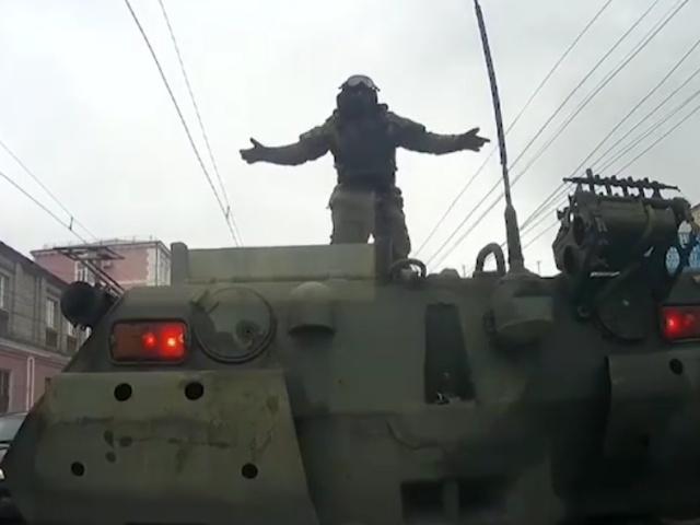 Момент аварии с БТРами в Курске, снятый на видеорегистратор