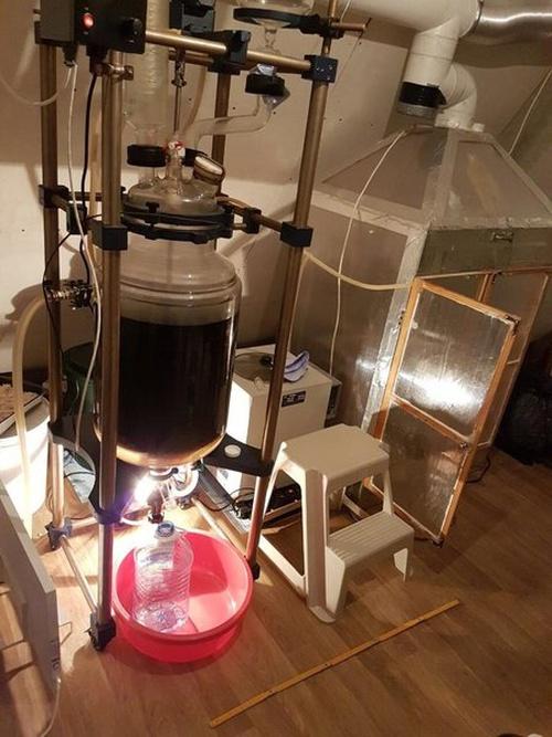 Бывший учитель химии производил наркотики в собственной лаборатории (6 фото + 2 видео)