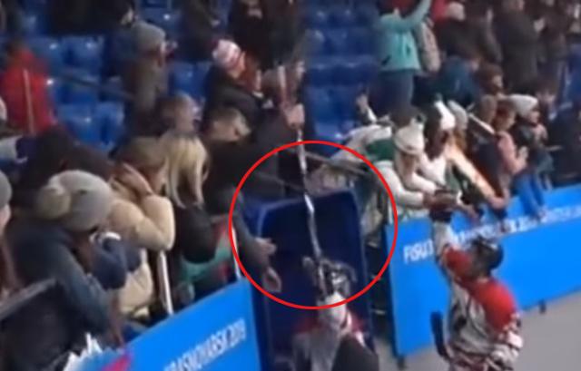 Болельщик Универсиады, который выхватил клюшку у канадского хоккеиста, продал ее на аукционе (2 фото + видео)