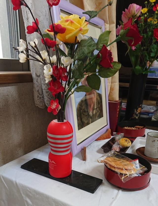 Житель Японии использовал секс-игрушку в качестве вазы, чтобы украсить урну с прахом покойной жены (4 фото)