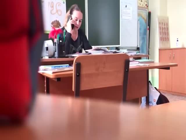 Сибирские школьники сняли на камеру учителя, который матерится во время урока