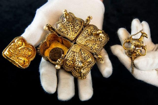 Семейная пара из Великобритании нашла бесценные реликвии на чердаке (9 фото)