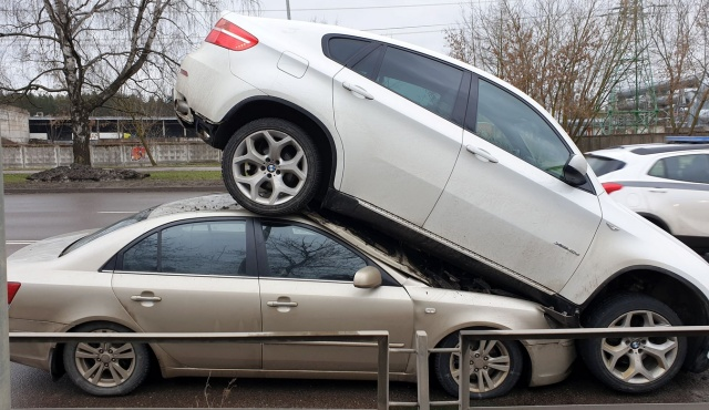 Необычная авария с участием BMW X6 в Риге (6 фото + видео)