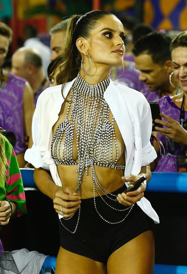 Изабель Гулар в откровенном наряде на карнавале в Рио-де-Жанейро (9 фото)